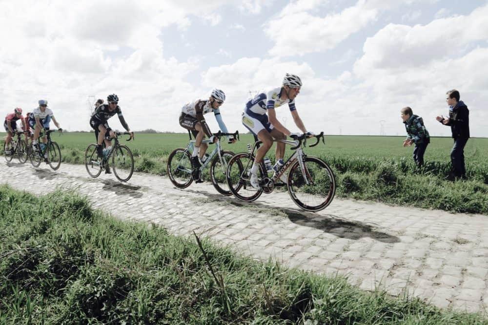 Cyclistes avec velos cyclosportifs