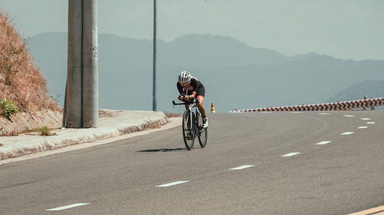 cycliste sur un vélo de route à la bonne taille