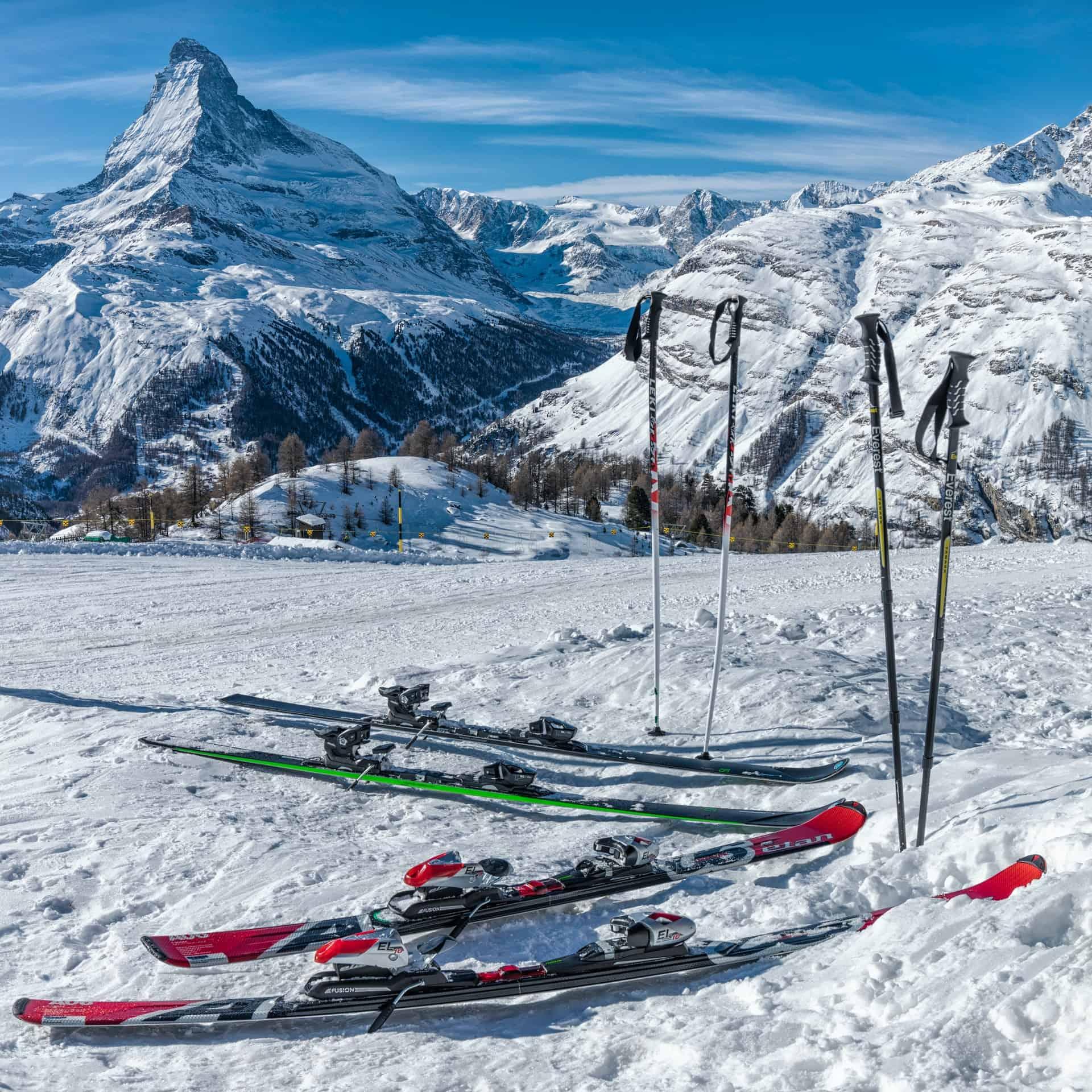 Deux paires de skis alpins sur la neige