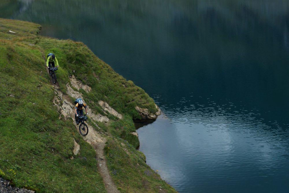 Deux personnes en vtt trail