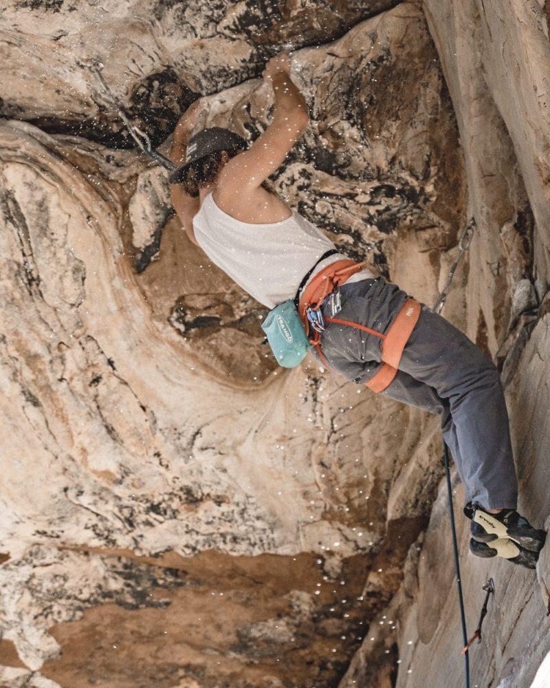 grimpeur sur falaise avec chausson escalade