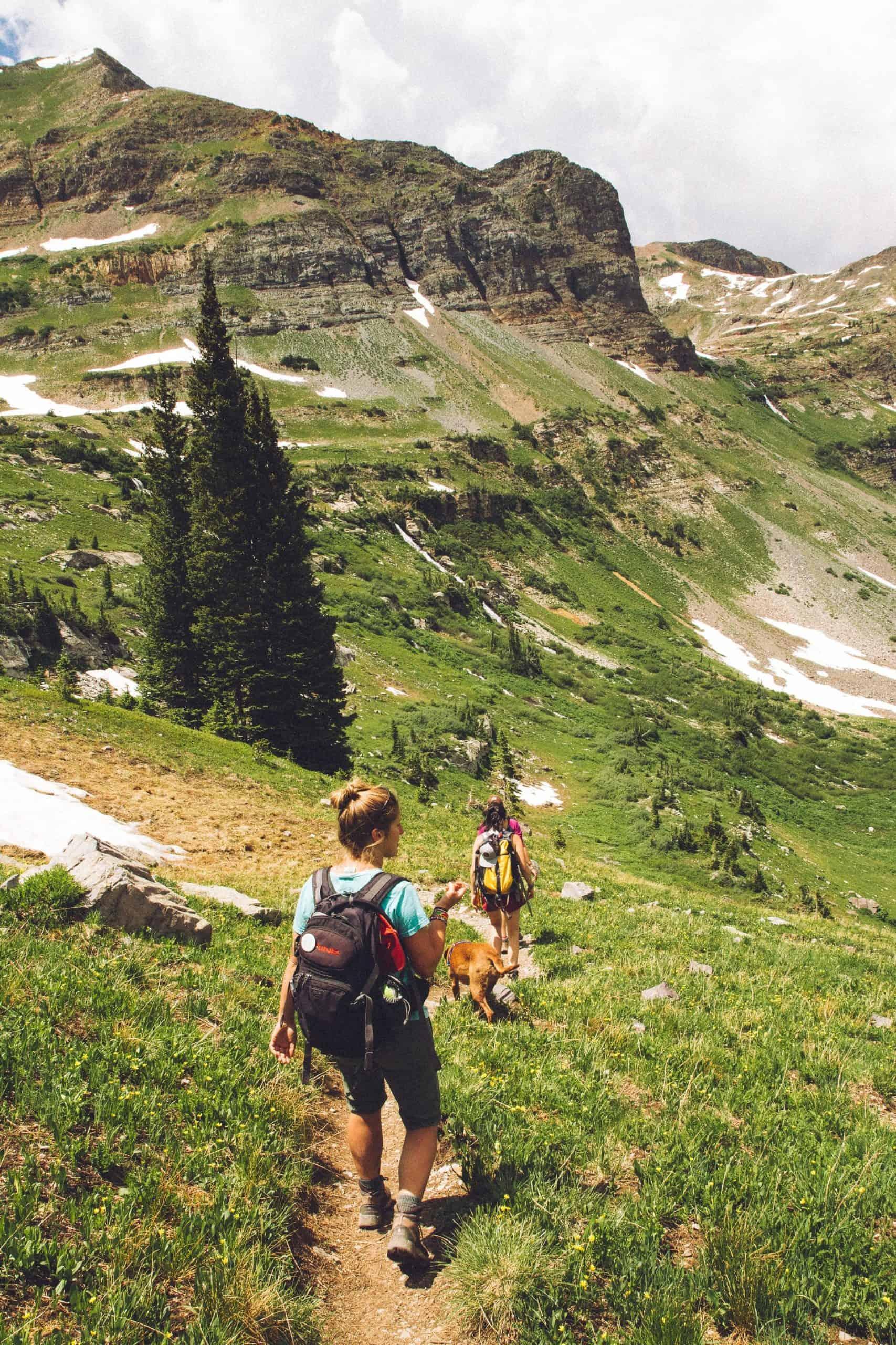 Femme descendant la colline équipée d'un sac à dos randonnée 20L
