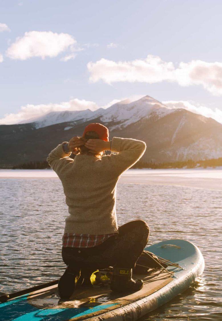 Femme sur un paddle gonflable