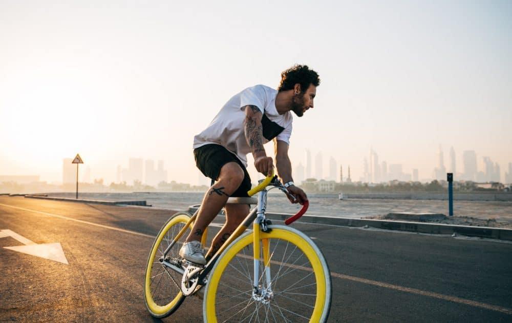 homme sur vélo de route à roues jaune