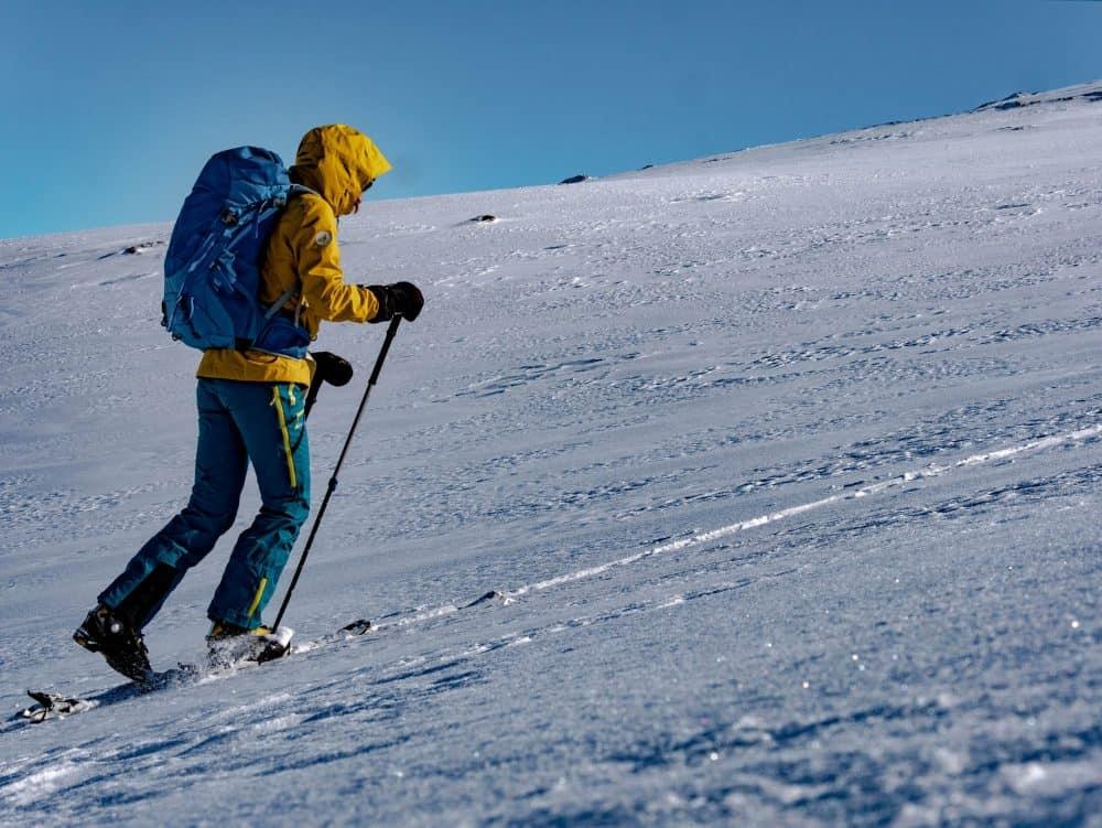 homme pratiquant le ski de randonnee