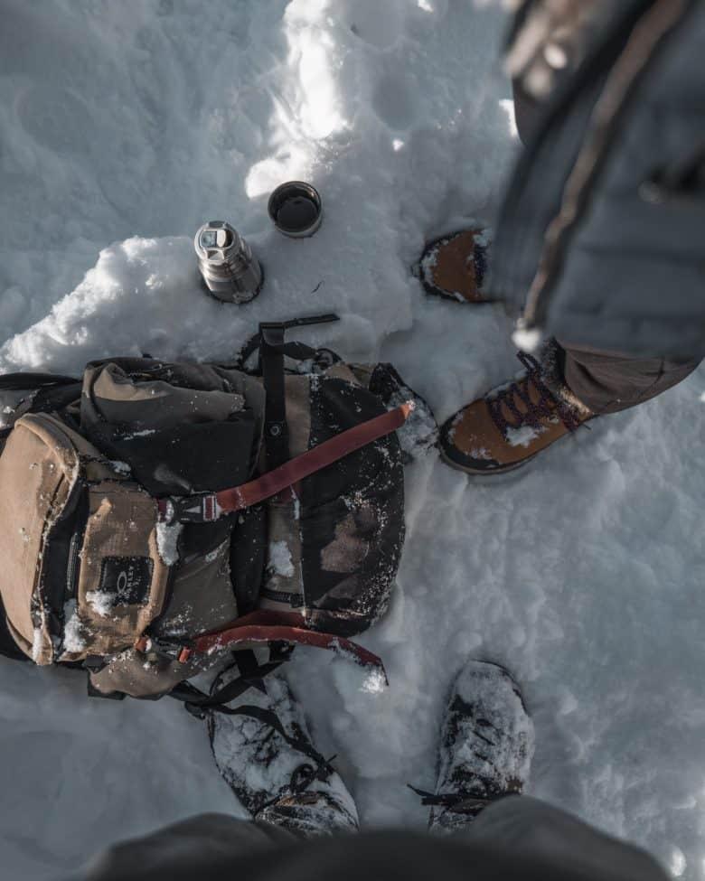 Hommes portant les chaussures de randonnée