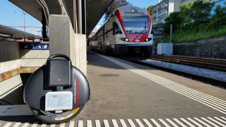 Gyroroue sur un quaie de gare