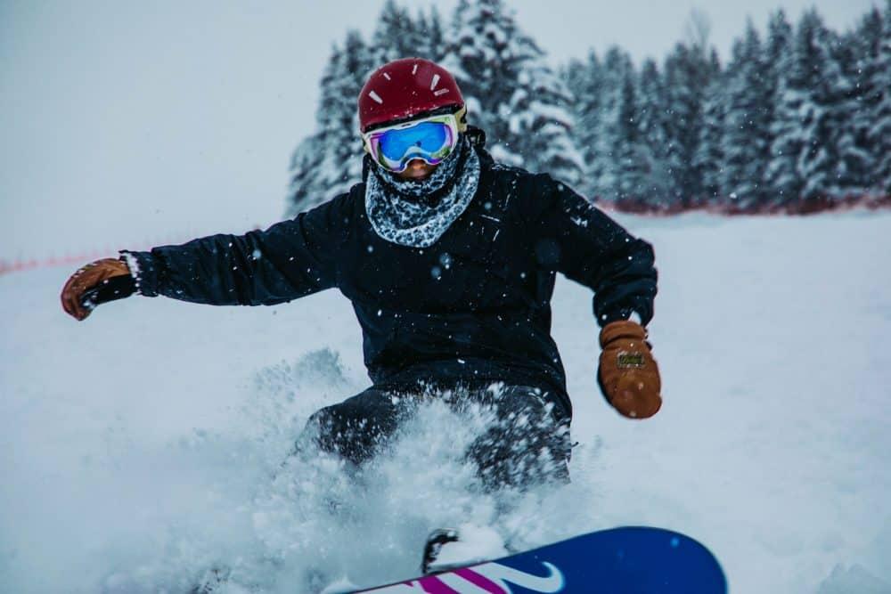 snowboarder sur un splitboard