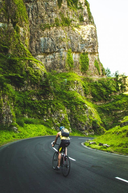 cycliste sur route en descente