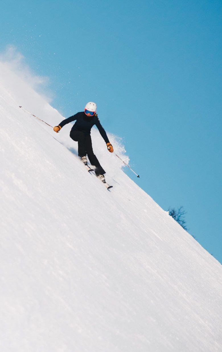 skieuse portant une veste de ski