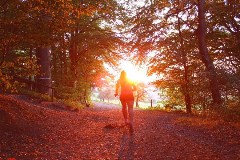 Silhouette d'une personne débutant son trail