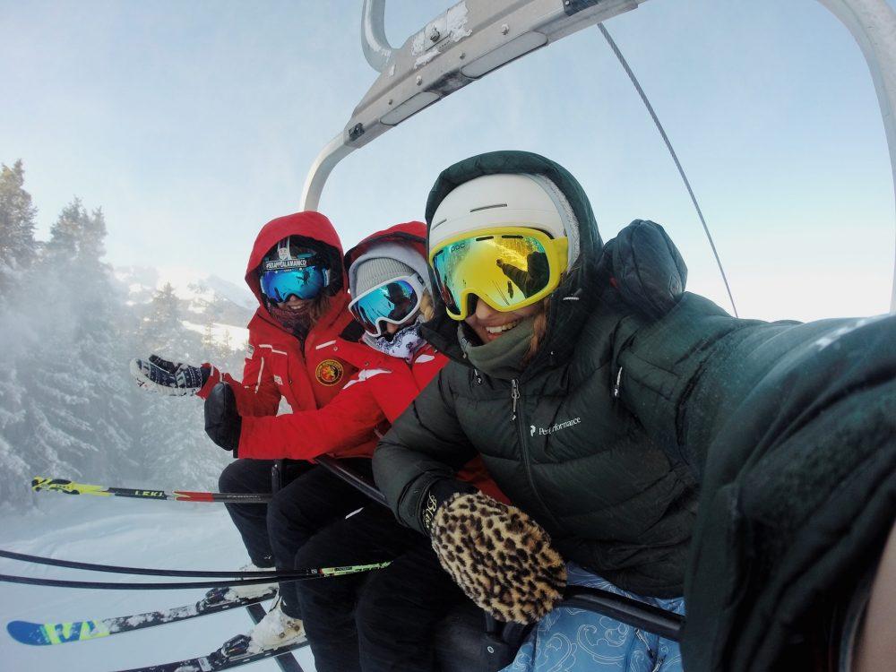 Trois personnes portant vestes de ski
