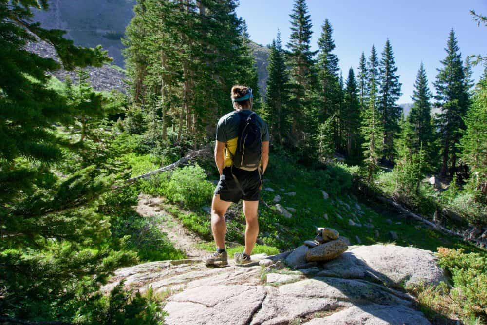 Un homme avec un sac de trail
