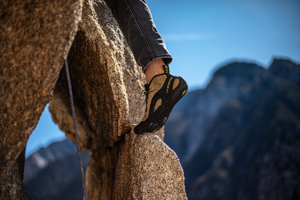 pied de grimpeur avec chausson escalade