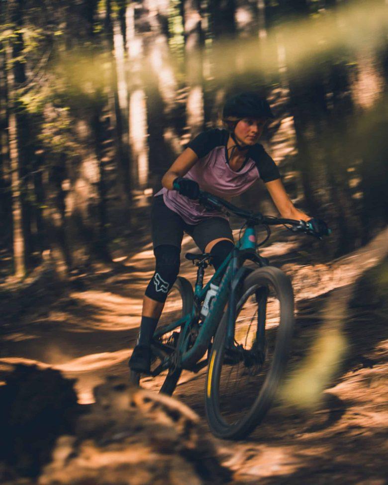 femme sur vtt en forêt