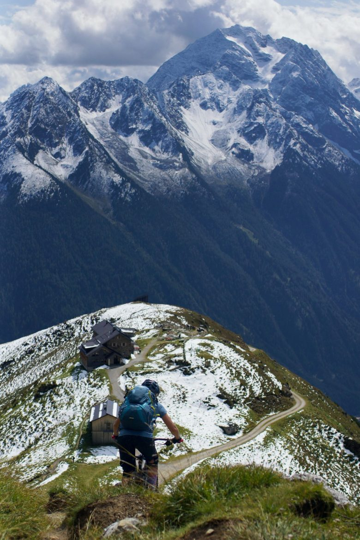 personne sur vtt trail en montagne