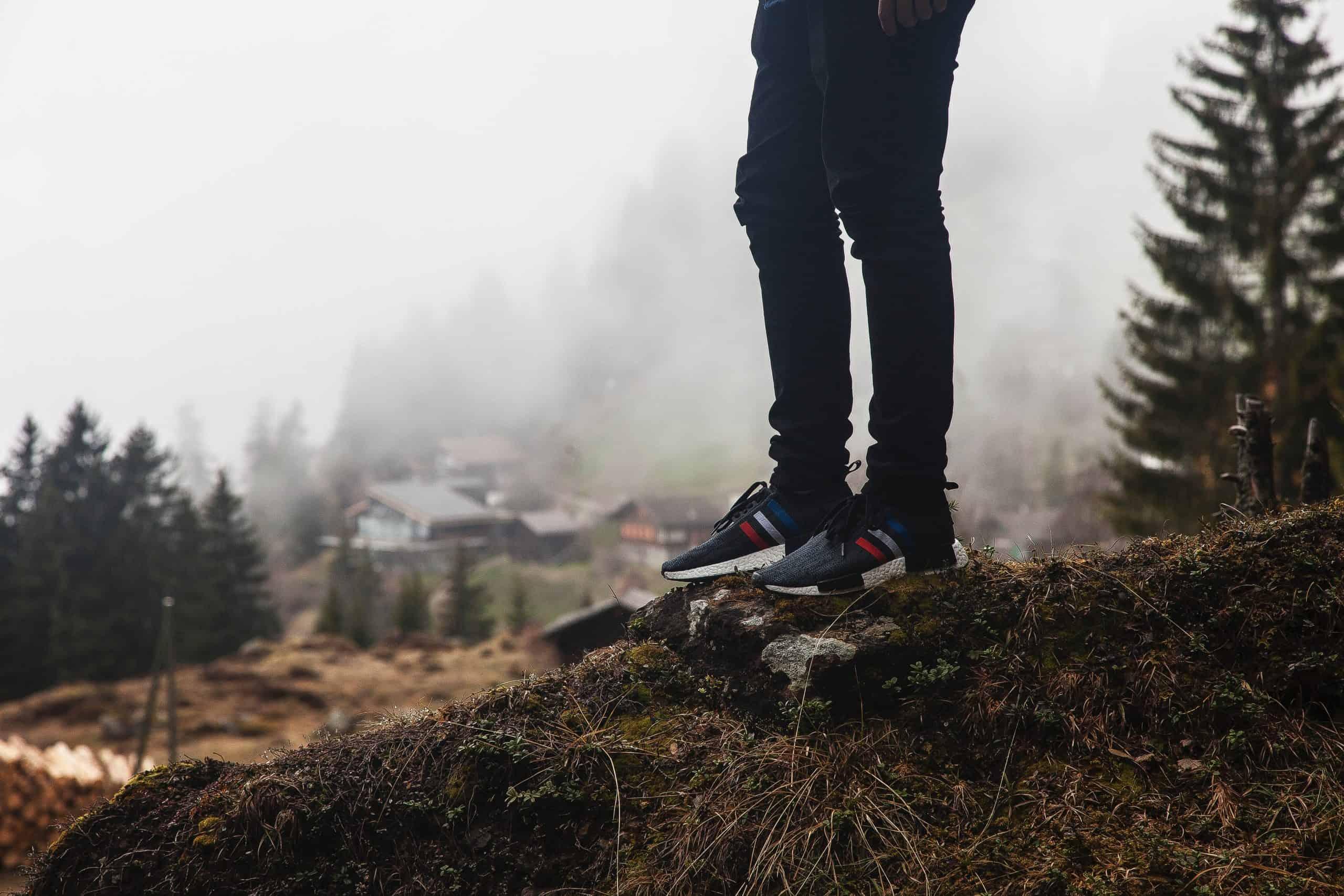 Une personne débout sur un rocher