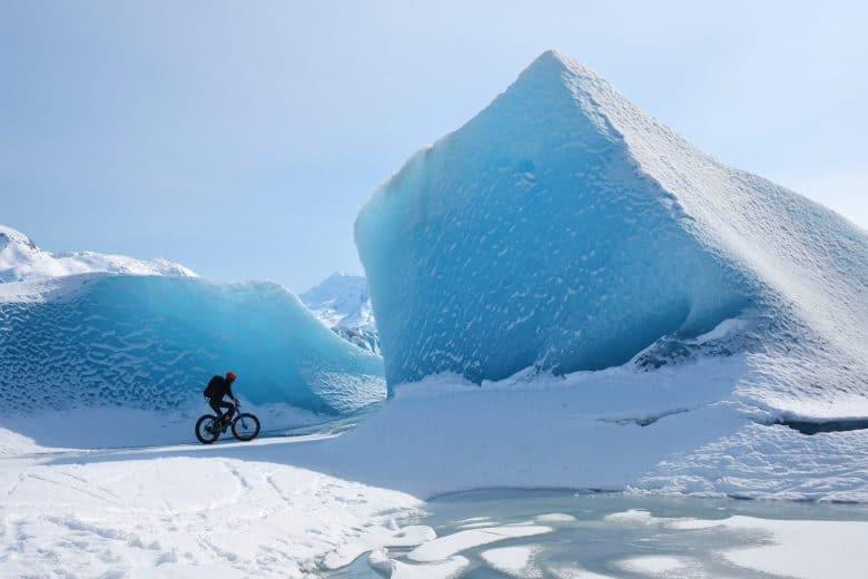homme en fat bike sur la glace