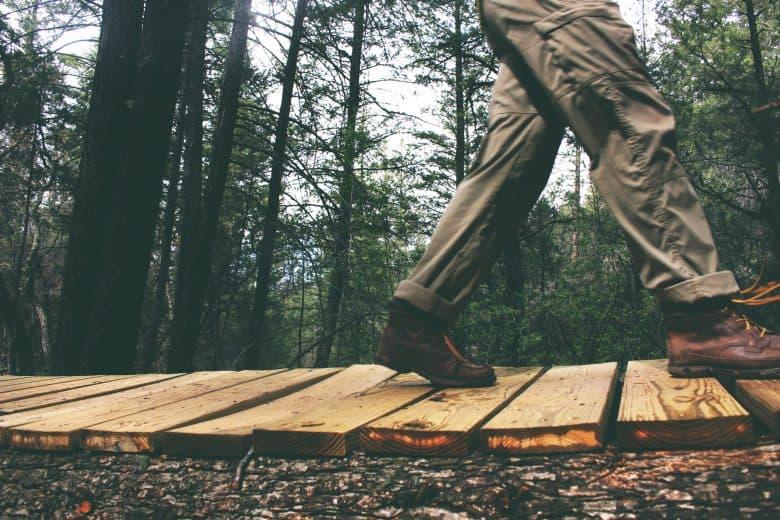 Une personne qui marche avec chaussures de randonnée