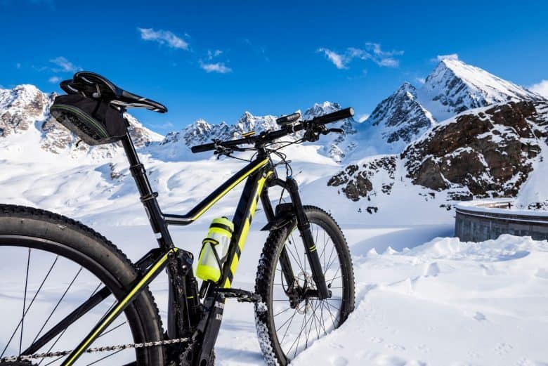 VTT, cadre alu, cadre carbone dans la neige en haute montagne