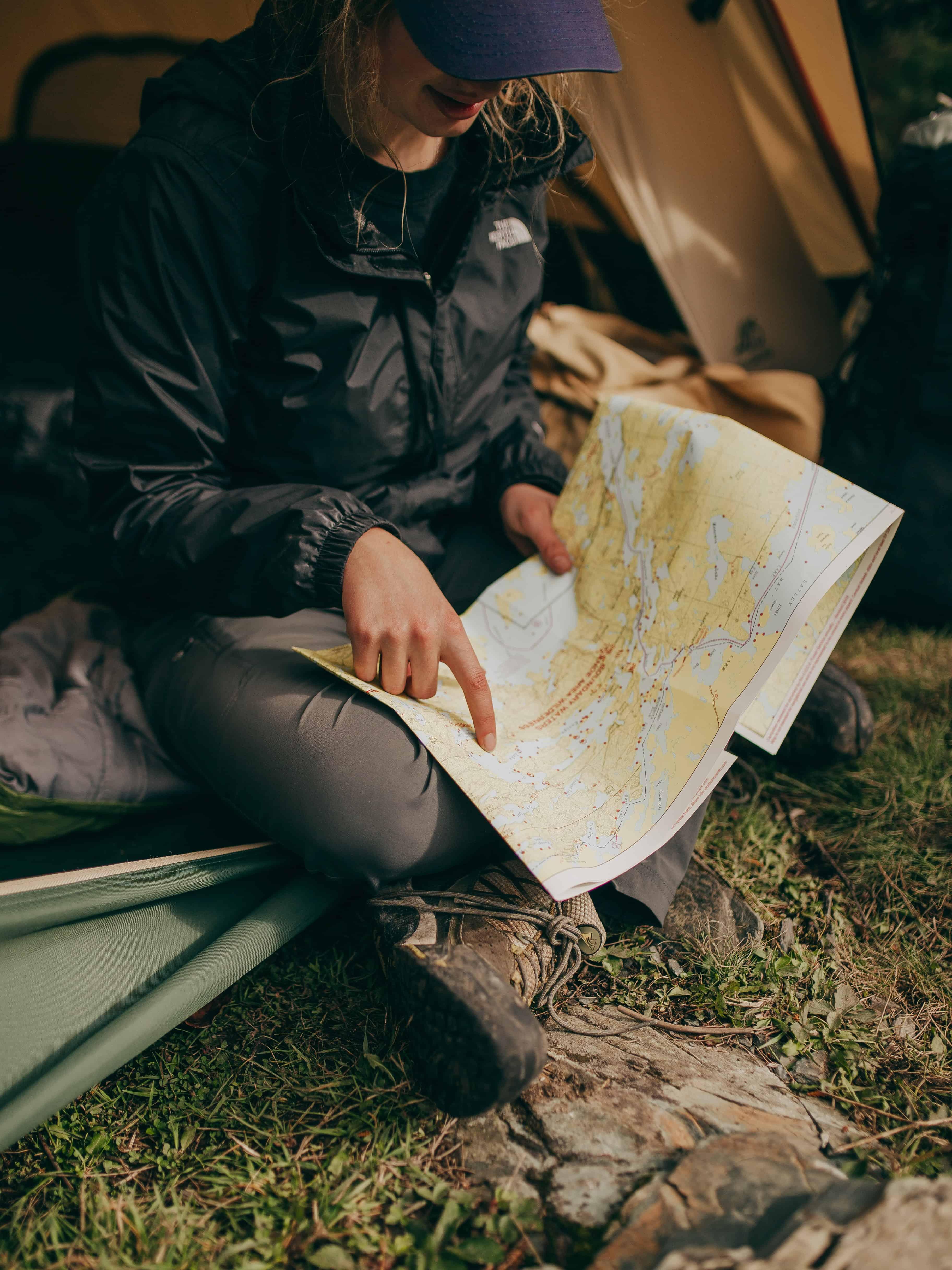 Femme avec une carte dans une tente