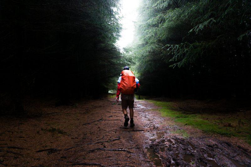balade sous la pluie avec sac a dos de rando