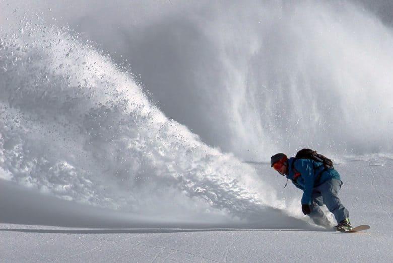 homme faisant snowboard