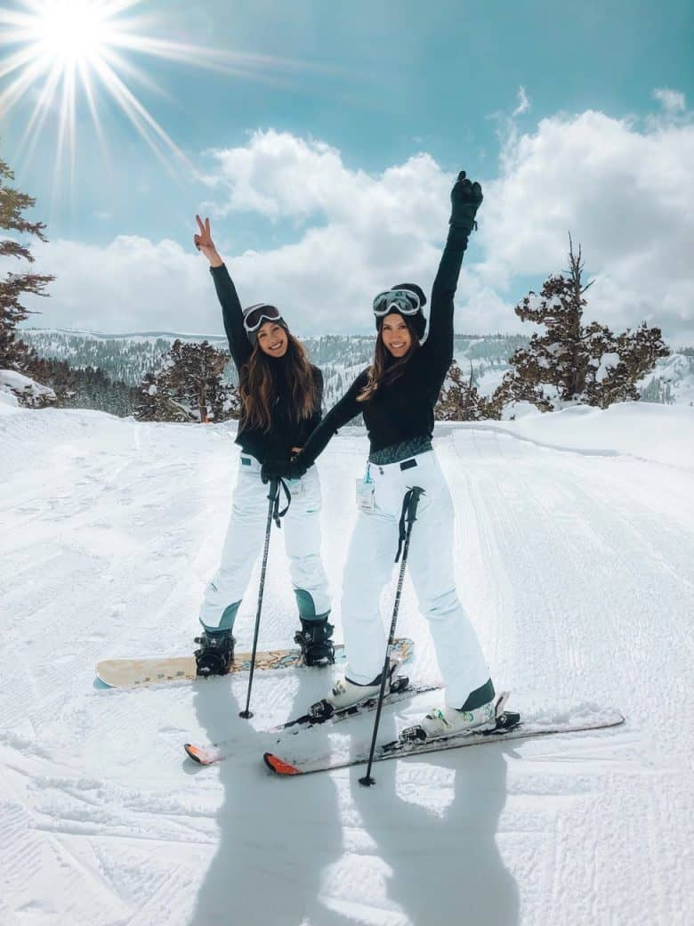 deux femmes en snowboard