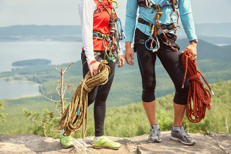 Un couple d'alpinistes avec des cordes au sommet d'une falaise