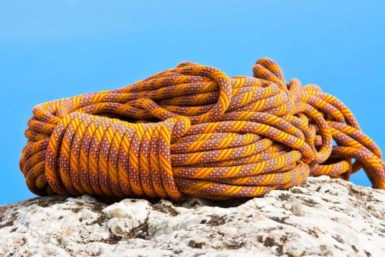 Corde d'escalade enroulée et posée sur le rocher