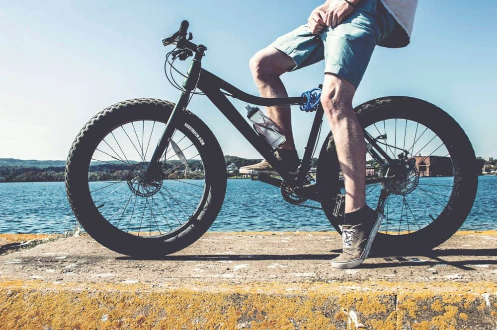 cycliste avec pied sur pedale de vtt