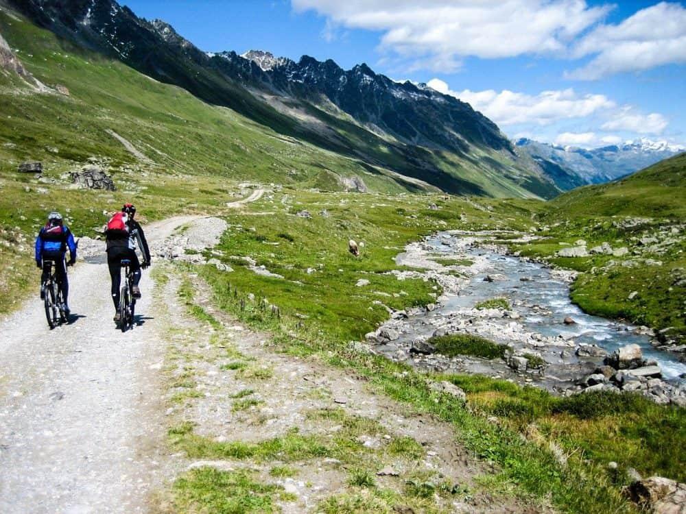 cyclistes a vtt en montagne