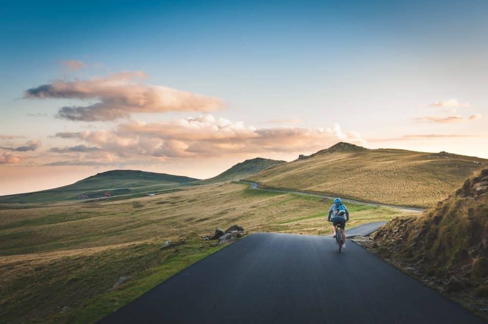 homme sur un velo cyclotourisme