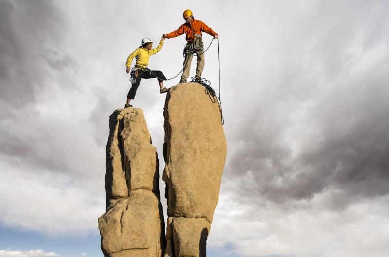 deux personnes debutant l'escalade