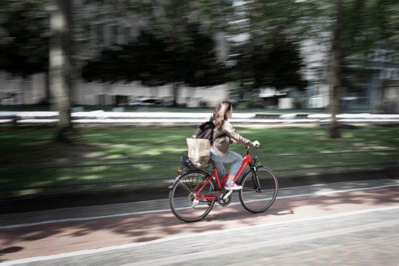 femme avec vtc sur la route