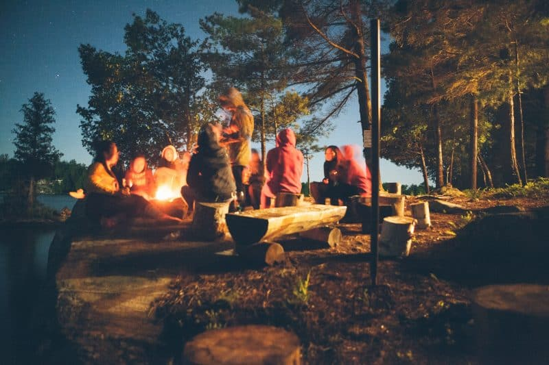 groupe amis au camping
