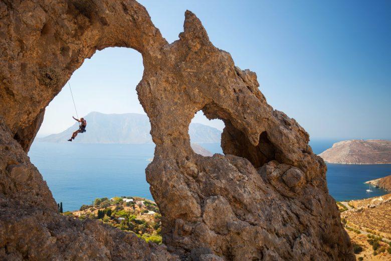 Escaladeur tombant d'une falaise lors d'une escalade en tête à Kalymnos