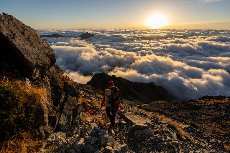 Un homme debout sur une montagne rocheuse