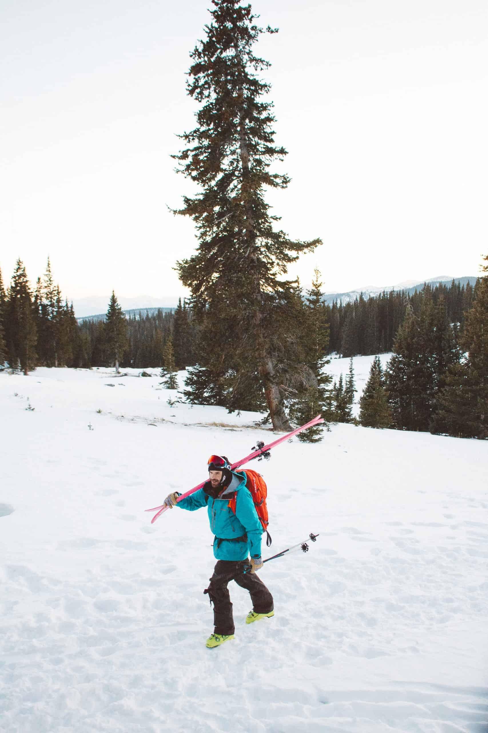 homme portant un ski de randonnée rose