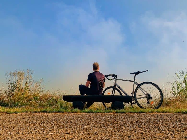 homme assis avec son gravel bike