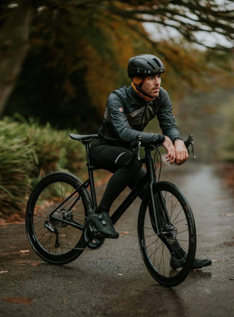 homme-assis sur un velo cyclotourisme