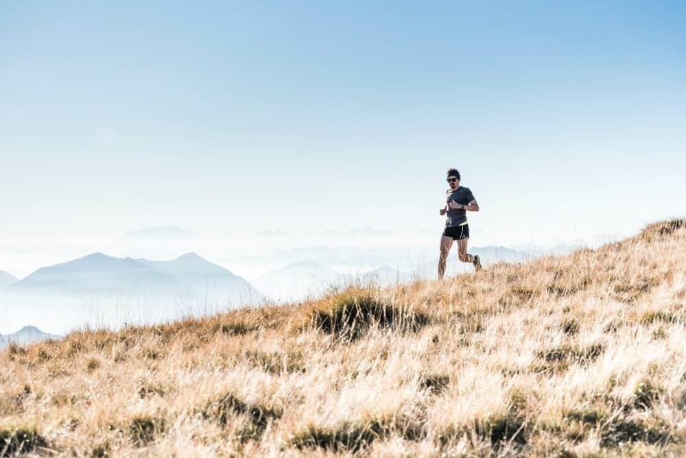 homme qui débute en trail en montagne
