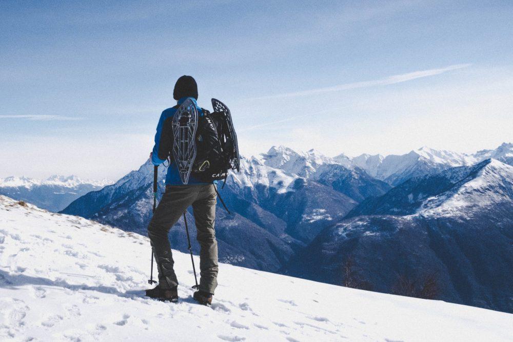 homme dans la neige equipe de sous vetements thermique