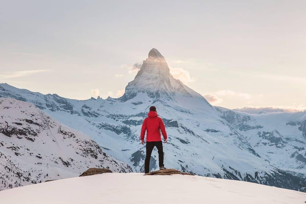homme en doudoune en montagne