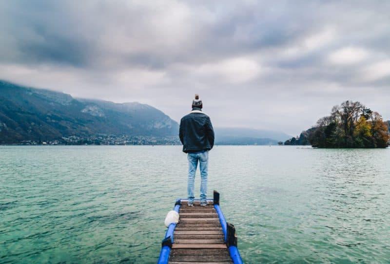 homme face au lac annecy alples