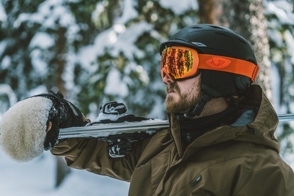 Homme portant un masque de ski