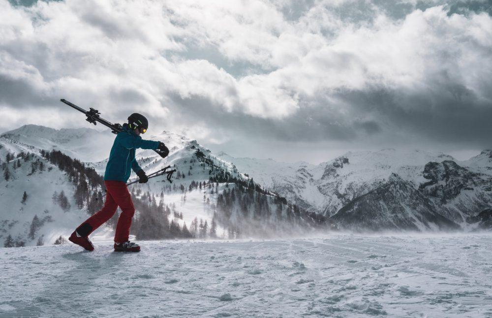 homme marchant avec chaussures de ski