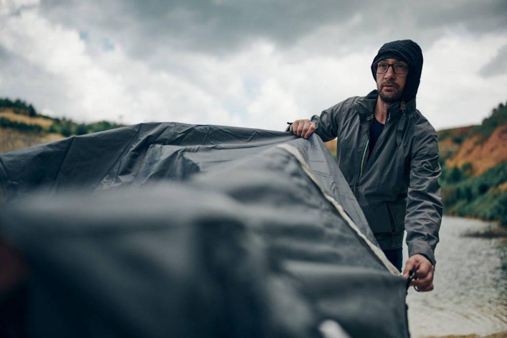 montage tente sous la pluie