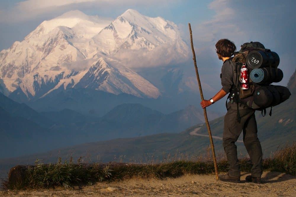 homme avec équipement pour une randonnée