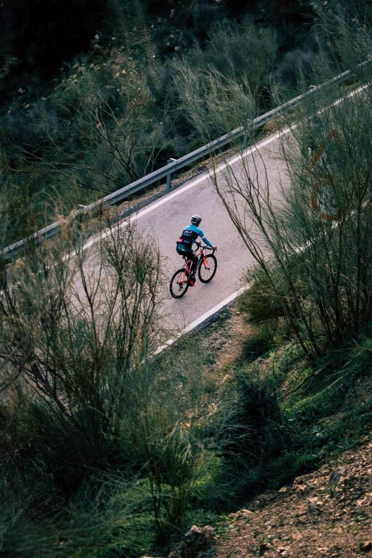 homme à vélo sur une route déserte